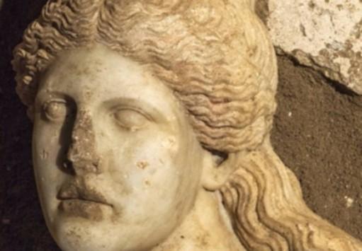 Αμφίπολη: Νέα συνταρακτικά ευρήματα από τον αρχαίο τάφο - Βρέθηκε το κεφάλι μίας Σφίγγας και θραύσματα από τα φτερά τους - ΦΩΤΟ