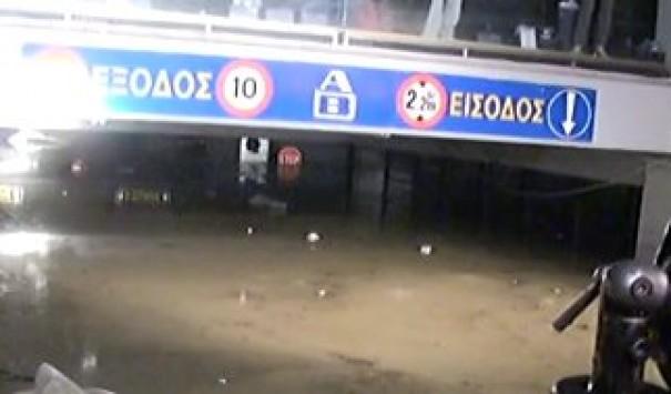 Θρίλερ σε πάρκινγκ supermarket ΑΒ στο Ίλιον που έχει πλημμυρίσει μέχρι το ταβάνι - Φόβοι για εγκλωβισμένους - Ισχυρές καταιγίδες τώρα στην Αττική