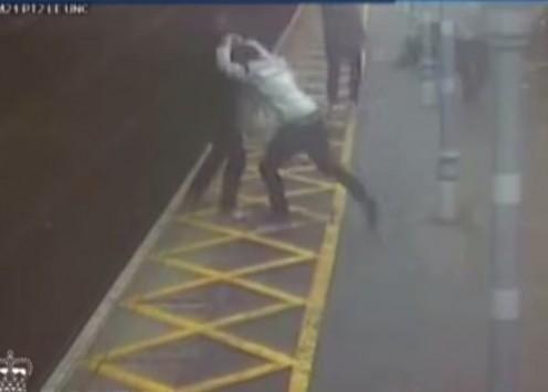 Πέταξαν ανάπηρο στις γραμμές του τρένου - Σοκαριστικό βίντεο
