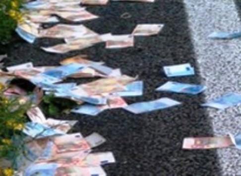 Κρήτη: Η απροσεξία που γέμισε το δρόμο χρήματα - Πρωτοφανείς εικόνες στην εθνική οδό Ηρακλείου Αγίου Νικολάου!