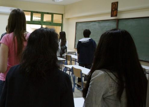 Τρίκαλα: Οι μαθητές περίμεναν την καθηγήτρια γυμνοί στην τάξη - Σάλος από το βίντεο που αναγκάστηκαν να δείξουν!