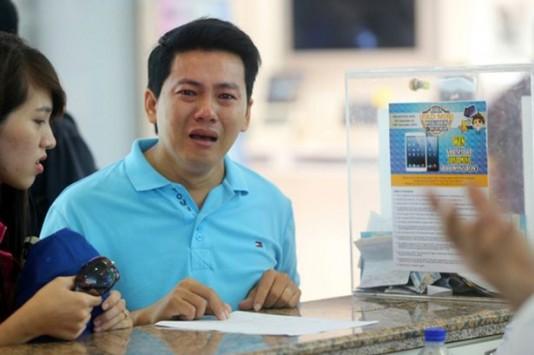 Εικόνες σοκ: Ικέτευε να πάρει τα λεφτά του πίσω - Εξαπατήθηκε για το iPhone 6