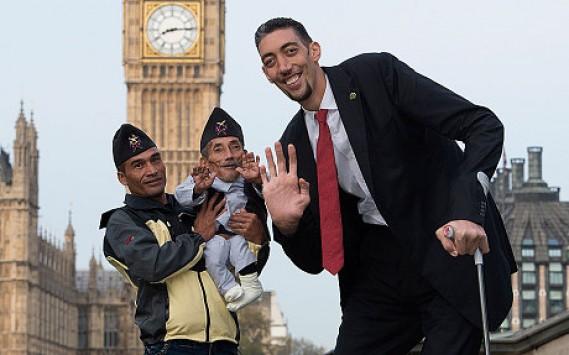 Συναντήθηκε ο ψηλότερος άνθρωπος στον κόσμο με τον κοντύτερο - ΒΙΝΤΕΟ