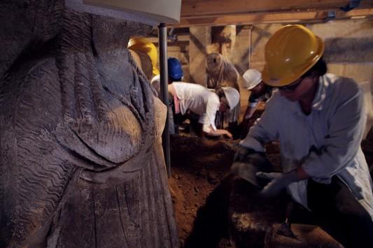 Αμφίπολη: Βρέθηκαν παραστάσεις με ανθρώπους – Έρευνες στον λόφο για νέους τάφους – Τι αποκάλυψαν ο υπουργός Τουρισμού και η Περιστέρη