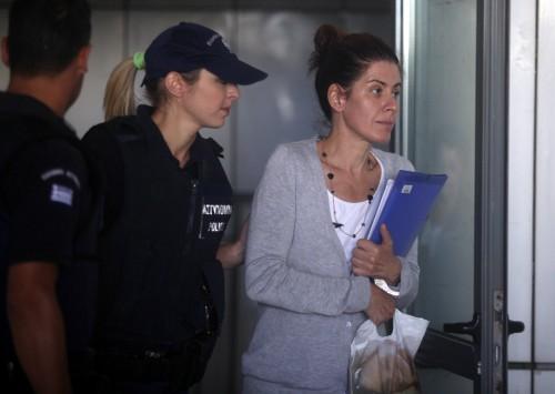 Αποφυλακίζεται η Αρετή Τσοχατζοπούλου – Λυγμοί και χειροκροτήματα – Την αγκάλιασε και τη φίλησε ο Άκης – Παραμένει κρατούμενη η Βίκυ Σταμάτη