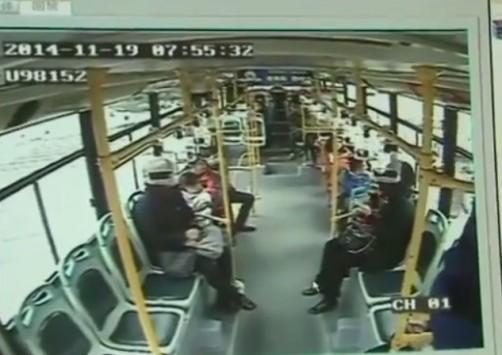 Βίντεο: Βιαζόταν και πήδηξε από το παράθυρο του λεωφορείου!