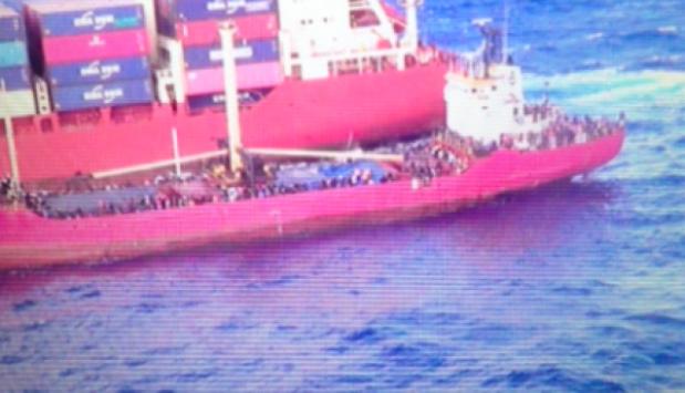 Ιεράπετρα: Έφοδος βατραχανθρώπων του λιμενικού στο δουλεμπορικό με τους 700 μετανάστες - Στο λιμάνι το φορτηγό πλοίο (Βίντεο)!