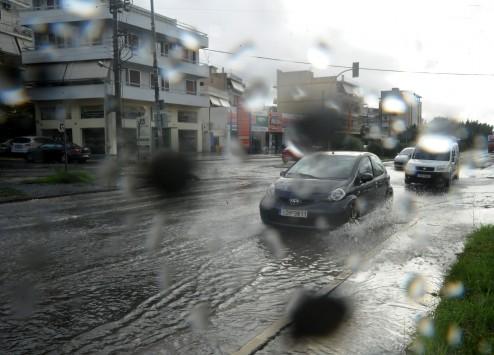 Κακοκαιρία με βροχές και καταιγίδες μέχρι το μεσημέρι - Ποιές περιοχές θα πληγούν