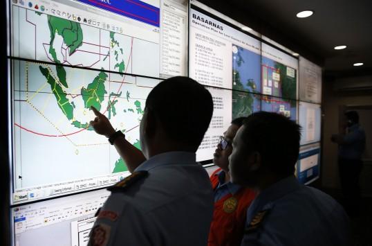 Εντόπισαν συντρίμμια του αεροσκάφους της AirAsia - Σβήνει η ελπίδα για τους 162 επιβάτες