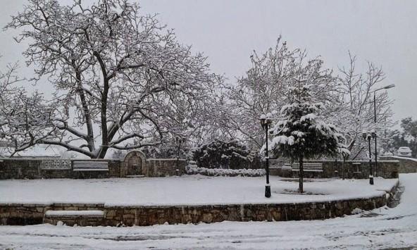 Σε πλήρη εξέλιξη η επέλαση του χιονιά! Χιονίζει ακόμα στην Αττική - Διακοπές ρεύματος και προβλήματα στους δρόμους