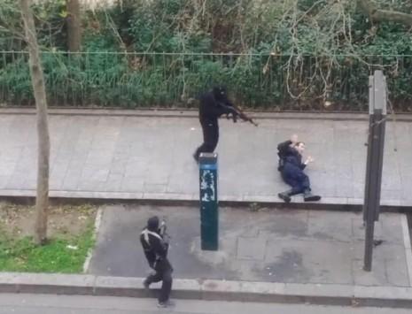 Μαυροφορεμένοι μασκοφόροι έπνιξαν στο αίμα το Παρίσι – Τρομοκρατική επίθεση με καλάσνικοφ στο σατιρικό περιοδικό Charlie Hebdo – Video ντοκουμέντο