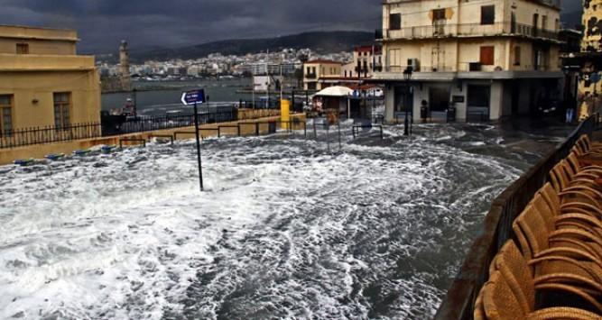 Κρήτη: Η θάλασσα βγήκε στη στεριά - Δραματικές διασώσεις εγκλωβισμένων από πλημμυρισμένα σπίτια - Μεγάλες καταστροφές από τους ισχυρούς ανέμους!