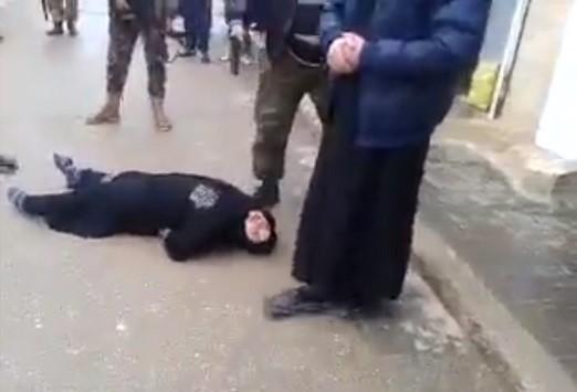 Βίντεο: Δημόσια εκτέλεση γυναίκας για μοιχεία – Προσοχή! Σκληρές εικόνες!