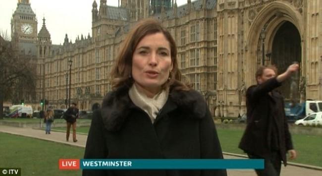 Πέρασε πίσω από γυναίκα δημοσιογράφο κρατώντας στο χέρι...