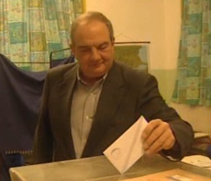 Θεσσαλονίκη: Απρόοπτα στο εκλογικό κέντρο που ψήφισε ο Κώστας Καραμανλής - Το καλώδιο που ''φρέναρε'' τον πρώην πρωθυπουργό (Βίντεο)!