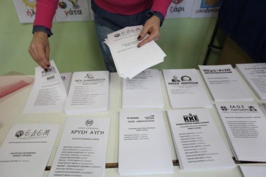 Κρήτη: Καταγγελία για κομπίνα στις εκλογές - Ο ύποπτος ρόλος της γυναίκας που μοίραζε τα ψηφοδέλτια!