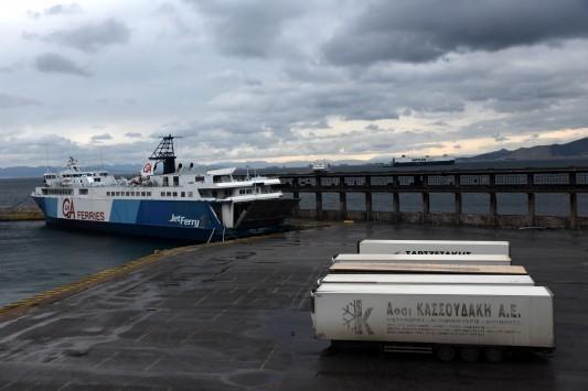 Σε ισχύ το απαγορευτικό απόπλου – Πλοίο προσέκρουσε στο λιμάνι της Πάτρας