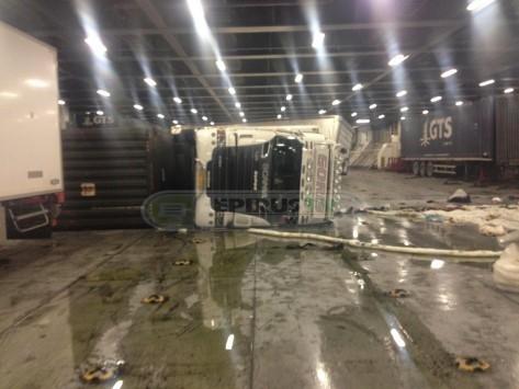 Ηγουμενίτσα: Φορτηγό ντελαπάρισε μέσα σε πλοίο από τον αέρα! (ΦΩΤΟ)
