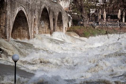 Εικόνες που κόβουν την ανάσα από την πλημμυρισμένη Άρτα
