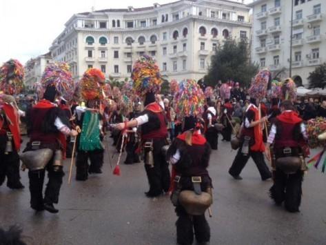 Κέφι, χορός και τραγούδια από τους Κωδωνοφόρους στη Θεσσαλονίκη (ΒΙΝΤΕΟ)