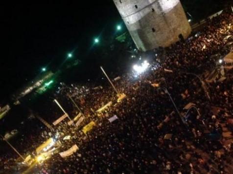 Χιλιάδες πολίτες στο Λευκό Πύργο για να στηρίξουν την Κυβέρνηση