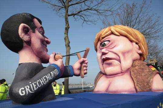 Ο Τσίπρας σημαδεύει με σφεντόνα τη Μέρκελ! Έγιναν άρμα σε καρναβάλι της Γερμανίας (ΦΩΤΟ)