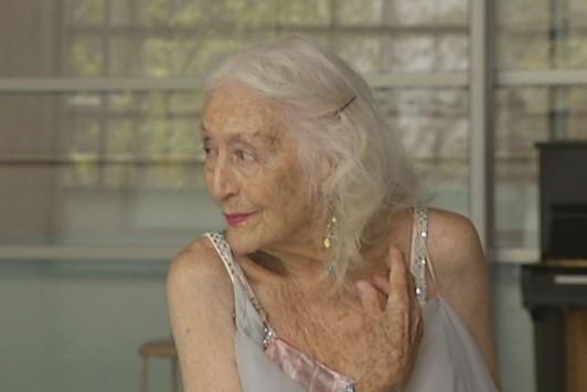 ΑΠΙΣΤΕΥΤΟ:Δεν εγκαταλείπει το πάθος της! Χορεύτρια ετών 100!