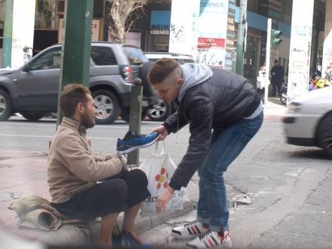 Σταμάτησε κι έδωσε παπούτσια σε άστεγο: Οι φωτογραφίες ανθρωπιάς που συγκινούν