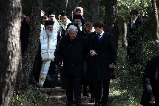 Υποβασταζόμενος στο μνημόσυνο των γονιών του ο τέως Βασιλιάς Κωνσταντίνος - ΦΩΤΟ