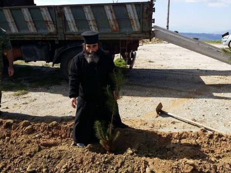 Εύβοια: Ο ιερέας πήρε την τσάπα και έκανε την αρχή (ΦΩΤΟ)