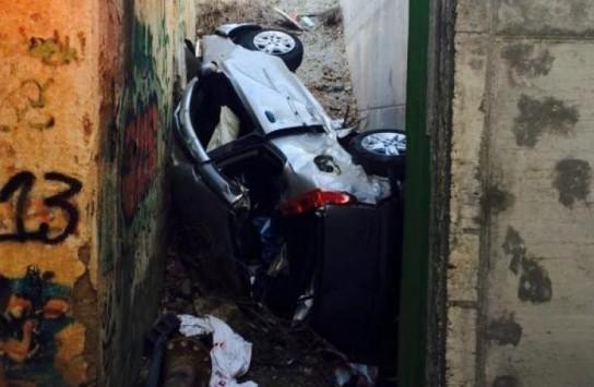 Απίστευτο τροχαίο με νεκρό στην Πάτρα – Το αυτοκίνητο σφηνώθηκε ανάμεσα σε δύο γέφυρες (ΦΩΤΟ)