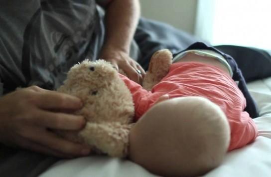 Πάτρα: Τον έπιασαν την ώρα που ασελγούσε στο μωράκι τους - Άγριο ξύλο στο διαμέρισμα και φρικιαστικές αποκαλύψεις!