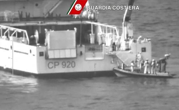 Η χειρότερη τραγωδία στη Μεσόγειο: Ψάχνουν επιζώντες ανάμεσα σε άψυχα κορμιά μεταναστών – 28 διασώθηκαν από το ναυάγιο ανοιχτά της Λαμπεντούζα