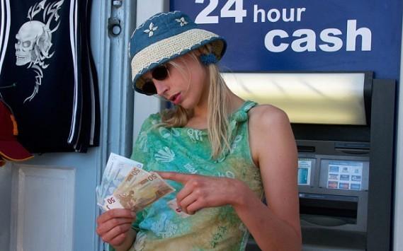 Λένε στους Βρετανούς τουρίστες να έχουν ρευστό σε περίπτωση που κλείσουν τα ΑΤΜ στην Ελλάδα