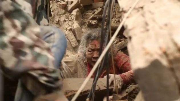 Έτρεχαν να σωθούν ενώ τα κτίρια καταπλάκωναν ανθρώπους - Συγκλονιστικό βίντεο από τον σεισμό στο Νεπάλ