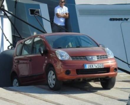 Μύκονος: Πάρκαρε στα γρήγορα για να ψάξει τράπεζα και δείτε τι έγινε στο παλιό λιμάνι (Φωτό)!