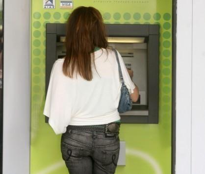 Θεσσαλονίκη: Εφιάλτης για γυναίκα που κατάφερε να κάνει ανάληψη από ΑΤΜ - Άρχισε να κλαίει στην είσοδο της τράπεζας!