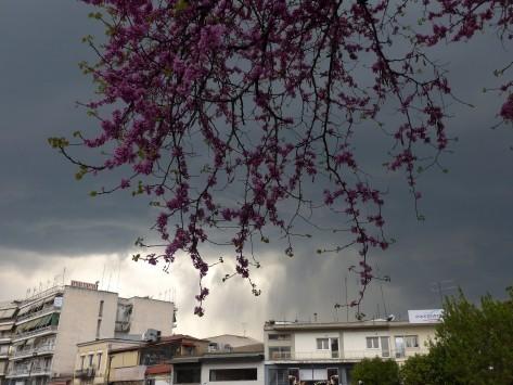 """Καιρός: """"Χειμώνας"""" μέσα στο καλοκαίρι με βροχές και καταιγίδες"""