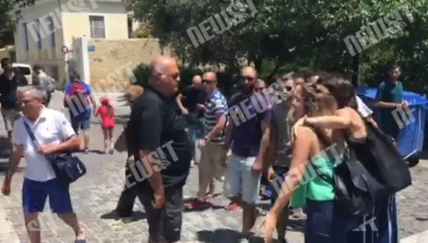 `Είστε νεολαία του φραπέ` - Άγριο επεισόδιο πολίτη με μέλη του ΣΥΡΙΖΑ κάτω από την Ακρόπολη! VIDEO