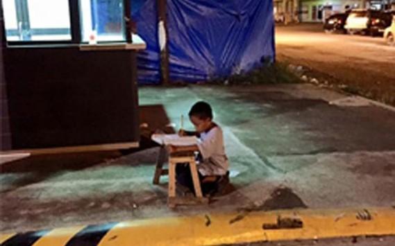 Η φωτογραφία άστεγου αγοριού που θα σας εμπνεύσει