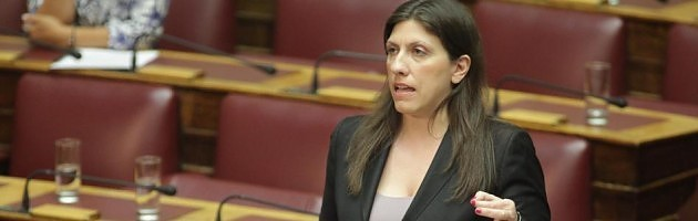 Mε την αρχηγική της εμφάνιση η Ζωή Κωνσταντοπούλου προκαλεί τον Τσίπρα να τη διαγράψει - Τον καταγγέλλει για εκτροπή