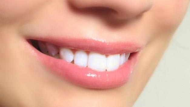 Πώς θα απαλλαγείτε από την πλάκα στα δόντια χωρίς επίσκεψη στον οδοντίατρο