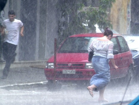 Καιρός: Απότομη επιδείνωση με βροχές, καταιγίδες και θυελλώδεις ανέμους