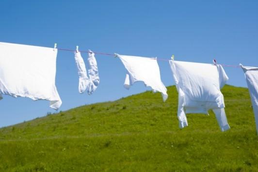 Θα πάθεις πλάκα μόλις δεις πως φεύγει η κιτρινίλα από λευκά ρούχα!