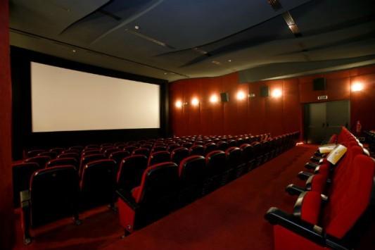 Έχετε αναρωτηθεί πως αλλάζουν την λάμπα στο ταβάνι ενός σινεμά; (ΕΙΚΟΝΑ)