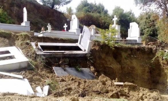 Άνοιξαν οι τάφοι στην Κέρκυρα από την κακοκαιρία - ΦΩΤΟ