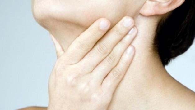 Καρκίνος θυρεοειδούς: Πώς να κάνετε την αυτοεξέταση που μπορεί να σώσει τη ζωή σας (ΒΙΝΤΕΟ)
