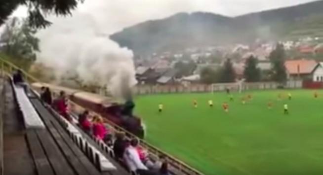 Απίστευτο και όμως αληθινό! Τρένο μπήκε σε γήπεδο (VIDEO)