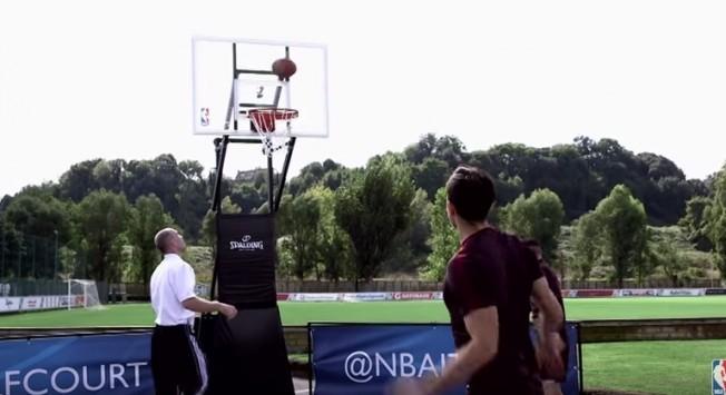"""Το """"γύρισε"""" στο μπάσκετ ο Mανωλάς και τα βάζει άγγιχτα απ'το κέντρο! (VIDEO)"""