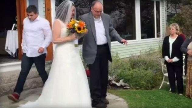 Σηκώθηκε από το αναπηρικό καροτσάκι για να παραδώσει νυφούλα την κόρη του! (ΒΙΝΤΕΟ)